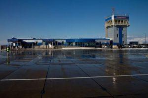 Из-за непогоды 180 пассажиров не могут улететь с аэропорта Южно-Курильска
