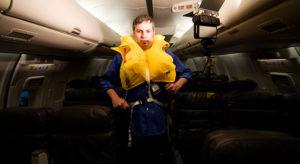 Пассажир украл спасательный жилет из самолета