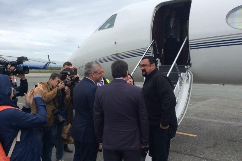Самолету Стивена Сигал пришлось приземлится в Хабаровске