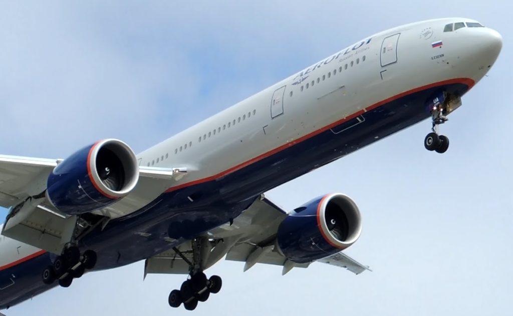Самолет авиакомпании Аэрофлот из-за сложных метеоусловий ушел на запасной аэродром