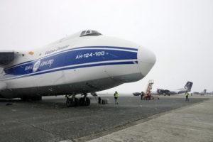 В аэропорту Южно-Сахалинска встречали самолет Ан-124