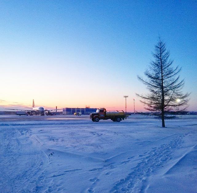 Морозное утро в аэропорту Хабаровска @airportkhabarovsk📸 Автор фото @bukinalexander#утро #рассвет #аэропорт #aviakhv #khv  #UHHH #самолет