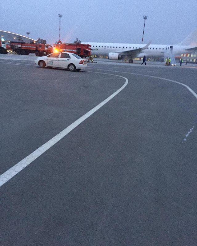 Самолета Embraer 190 не смог вылететь сегодня в Магадан Сегодня утром из аэропорта Хабаровск @airportkhabarovsk, не смог вылететь самолет Embraer 190, авиакомпании Nordwind, который должен был выполнить рейс 661 по маршруту Хабаровск - Магадан. При запуске двигателей кратковременно появилась вспышка топлива в левом двигателе. Пассажиры уже находились на борту самолёта, экипаж провёл эвакуацию пассажиров согласно правил безопасности! Авиакомпания Nord Wind организовала отправку пассажиров в пункт назначения рейсом  5612 авиакомпании Аврора.  После расследования инцидента комиссией росавиации, самолет вернётся к выполнению рейсовАвтор фото не известен. #Хабаровск #embraer190 #проишествие #nordwind