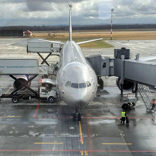 """️«Аэрофлот» вводит топливный сбор на своих рейсах на Дальний Восток России.С 1 января 2020 года авиакомпания """"Аэрофлот"""" вводит топливный сбор на рейсах между Москвой и городами Дальнего Востока. Изменения коснутся только билетов в классах """"комфорт"""" и """"бизнес"""".⠀Сбор на полет в комфорт-классе в цене одного билета составит 6,3 тысячи рублей, в """"бизнесе"""" — 8,4 тысячи рублей. С пассажиров эконом-класса топливный сбор, как и прежде, взиматься не будет, сообщается на сайте перевозчика.⠀Сейчас сбор на рейсах """"Аэрофлота"""" между другими городами РФ в классе """"эконом"""" составляет 2,7 тысячи рублей, в """"комфорте"""" он выше в 1,5 раза, в """"бизнесе"""" — в 2 раза. Отдельно категорируется сбор на линии Москва — Якутия (4,2 тысячи рублей). Топливный сбор между столицей и пунктами ДФО пока не взимается - это продлится еще два месяца.⠀""""Аэрофлот"""" выполняет регулярные рейсы из Москвы в Хабаровск, Владивосток, Южно-Сахалинск, Петропавловск-Камчатский, Магадан. На большинстве рейсов в эконом-классе действуют """"плоские"""", то есть не меняющиеся в течение года тарифы — по 25 тысячи рублей за перевозку туда-обратно. Ранее компания заявила об убыточности """"плоских"""" тарифов и своих планах отказаться от них.⠀📸Автор фото @gogaren_3meu#aviakhv #khv#Владивосток#ЮжноСахалинск #леолет #Магадан #Якутск #Благовещенск #Анадырь #авиабилеты #авиарейсы #дешевыебилеты #регистрациянарейс #онлайнрегистрация #аэрофлот"""