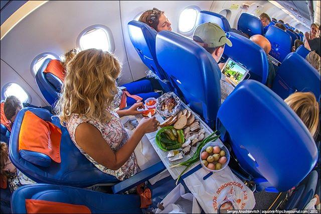 ️Каждый второй россиянин берет с собой еду в самолет. Как ее пронести.Специалисты туристического поисковика Aviasales провели исследование среди 55 тысяч своих пользователей и выяснили, как они питаются во время полета. Оказалось, что 52% авиапассажиров проносят на борт самолета шоколадки, фрукты и бутерброды, а почти все из тех, кто еду не берет, — берет с собой воду, причем покупает ее в магазинах Duty Free.Продуктовую запасливость туристы объясняют тем, что на коротких перелетах в авиакомпаниях не предусмотрено питание, а если предусмотрено — то за деньги. Поэтому пассажиры, чтобы сэкономить и точно поесть во время авиапутешествия, вынуждены заранее купить еду в магазине.Среди популярных продуктов для перекуса респонденты перечислили мандарины, шоколадные батончики, печенье, орехи, сухофрукты, пирожки, сырники, круассаны, бутерброды и конфеты. Некоторые родители, путешествующие с детьми, питаются детскими пюре и питьевыми молочными кашами, так как им разрешают их проносить на борт.Действительно, на борт можно пронести практически любую еду, которая не является жидкостью или консервами. Например, кастрюльку бабушкиного борща взять с собой не получится, зато никто не запретит вам, как в поезде, есть куру-гриль или вареные яйца.Если же вам хочется котлетки с пюрешкой, то котлеты вообще проносятся без проблем, а пюре можно взять быстрорастворимое в стаканчике. Точно так же на борту едят и сублимированные супы; впрочем в этой категории опытные пассажиры предпочитают разнообразный доширак: вот тебе и суп, и второе в одном лице. Холодная вода и кипяток в любом случае бесплатны даже в лоукостерах. Да, даже в тех, где воду продают по три евро за бутылку: платной является только бутилированная вода, а такая же питьевая вода, но из бака, имеющегося на борту, бесплатна. Мы не знаем ни одного исключения из этого правила: возможно, потому, что пригодная для дыхания влажность в салоне поддерживается в том числе за счет влаги, содержащейся в выдыхаемом пассажирами воздухе. Чтобы