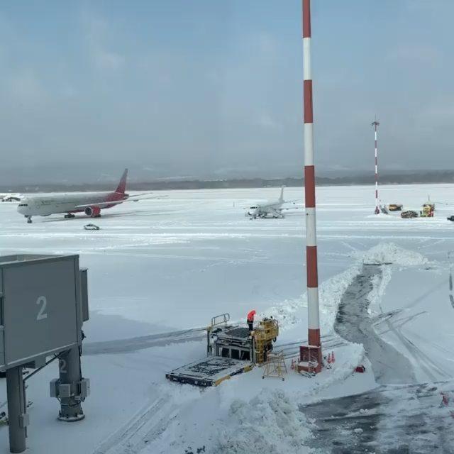 Аэропорт Владивостока @airport_vladivostok после снежного циклона 📸 Автор видео @rabbit13245#VVO#aviakhv #vladivostok #снег #аэропорт