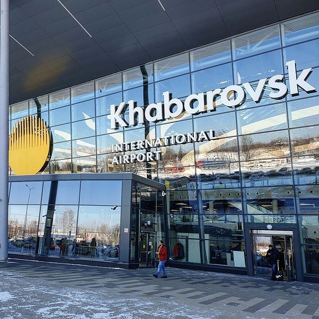 """️Проект расширения аэропорта Хабаровска попал в «лист ожидания»В правительстве обновили данные по комплексному плану развития магистральной инфраструктуры (КПМИ), поместив 27 проектов развития региональных аэропортов в """"лист ожидания"""" инвестиций. В этот список попал и аэропорт Хабаровска.Как пояснили в правительстве, общий объем инвестиций в 27 проектов оценивается в 174,7 млрд рублей, из которых около 88 млрд рублей должен предоставить федеральный бюджет (остальное - частные инвесторы). Однако сейчас этих денег в бюджете нет. Эти проекты могут попасть в КПМИ в том случае, если какие-то из уже включенных в план проектов будут опаздывать либо будут исключены (сейчас в КПМИ помимо прочего включены проекты расширения инфраструктуры 70 аэропортов).Из тех 27 аэропортовых проектов, которые остались в «листе ожидания», 15 имеют высокий индекс социально-экономических эффектов, по оценке аналитического центра при правительстве. Самый крупный проект — расширение пропускной способности аэропорта Толмачево в Новосибирске за 41,1 млрд рублей - это позволит увеличить пассажиропоток в 2,4 раза, до 14,3 млн пассажиров в год, и создать 28 новых межрегиональных маршрутов.Среди других проектов — расширение инфраструктуры аэропортов Хабаровска (6,1 млрд рублей), Красноярска (10,2 млрд), Тюмени (10,4 млрд), Улан-Удэ (1,9 млрд), Краснодара (18 млрд), Кемерово (6,7 млрд) и других. Еще 12 аэропортов не имеют высокого потенциала, но также внесены в план. Это, например, аэропорты Омска, Иркутска, Беслана, Барнаула.Исполнительный директор агентства «Авиапорт» Олег Пантелеев считает, что попавшие в лист ожидания проекты могут попасть в КПМИ в случае, если доходы бюджета резко вырастут. По его словам, ряд проектов имеют серьезный инвестиционный потенциал.При этом, по итогам правкомиссии, в КПМИ вошли строительство зерновых терминалов в Тамани и Азове и расширение угольного терминала в порту Ванино. Проекты включены в программу, так как внебюджетная часть их финансирования подтверждена инвестора"""